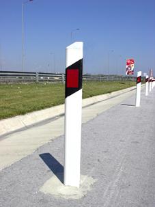 Πλαστικοί οριοδείκτες σε αυτοκινητόδρομο